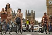 Ciclistas ingleses trafegam nus pelas ruas de Londres