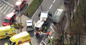 Policiais e equipes de resgate na Estação de Metrô de Maalbeek, em Bruxelas, na Bélgica, um dos alvos dos atentados desta terça-feira (22/03) – Foto: AFP