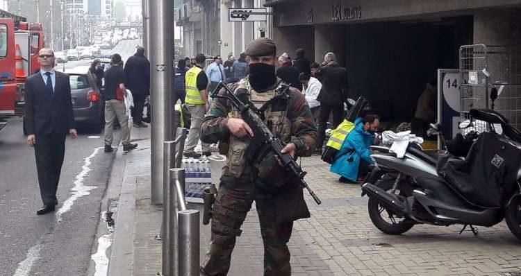 Soldado do Exército monta guarda nas imediações da Estação de Metrô de Maalbeek, em Bruxelas, na Bélgica, onde atentados a bomba mataram cerca de 30 pessoas. – Foto: Cédric Simon/AFP