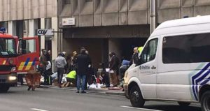 Equipes de resgate atendem os feridos na Estação de Metrô de Maalbeek, em Bruxelas, capital da Bélgica, alvo de ataques terroristas na manhã desta terça-feira (22/03) – Foto: Marija Ivoninaite/AFP