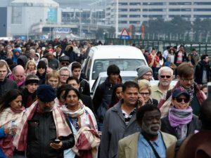 Pessoas deixam apressadamente o Aeroporto Internacional de Bruxelas, na Bélgica, alvos de ataques terroristas nesta terça-feira (22/03) – Foto: AFP