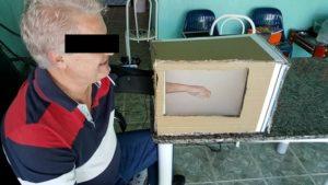 Voluntário do experimento controlando e sentindo uma mão-antebraço virtual. Foto: Arquivo pessoal