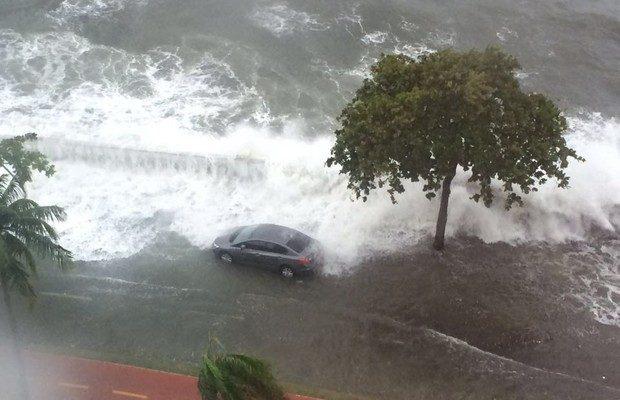 Forte ressaca atinge o litoral de SP e deixa muitas pessoas assustadas
