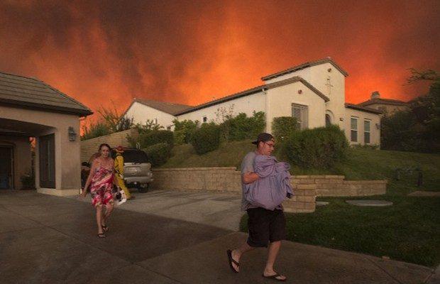 Incêndio florestal atinge a Califórnia (EUA) e ameaça residências