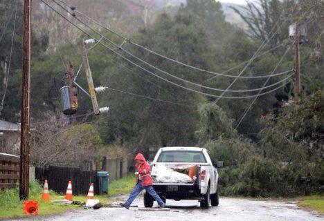 Tempestade provoca retirada imediata de centenas de pessoas na Califórnia (EUA)